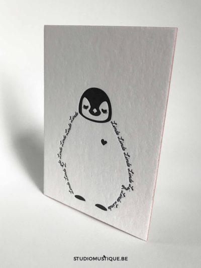studio mustique-0515-2-geboortekaartje met baby pinguïn Linde letterpress zwart wit oud roze