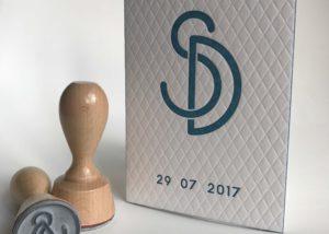Huwelijksuitnodiging Sylvia & Dominiek - letterpress, blinddruk, grafisch ontwerper, maatwerk, houten logostempel, logo, initialen, dik papier