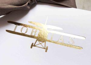 Studio Mustique, geboortekaartje Tobias, vliegtuigje, tweedekker, jongen, foliedruk, letterpress, kleur op snee