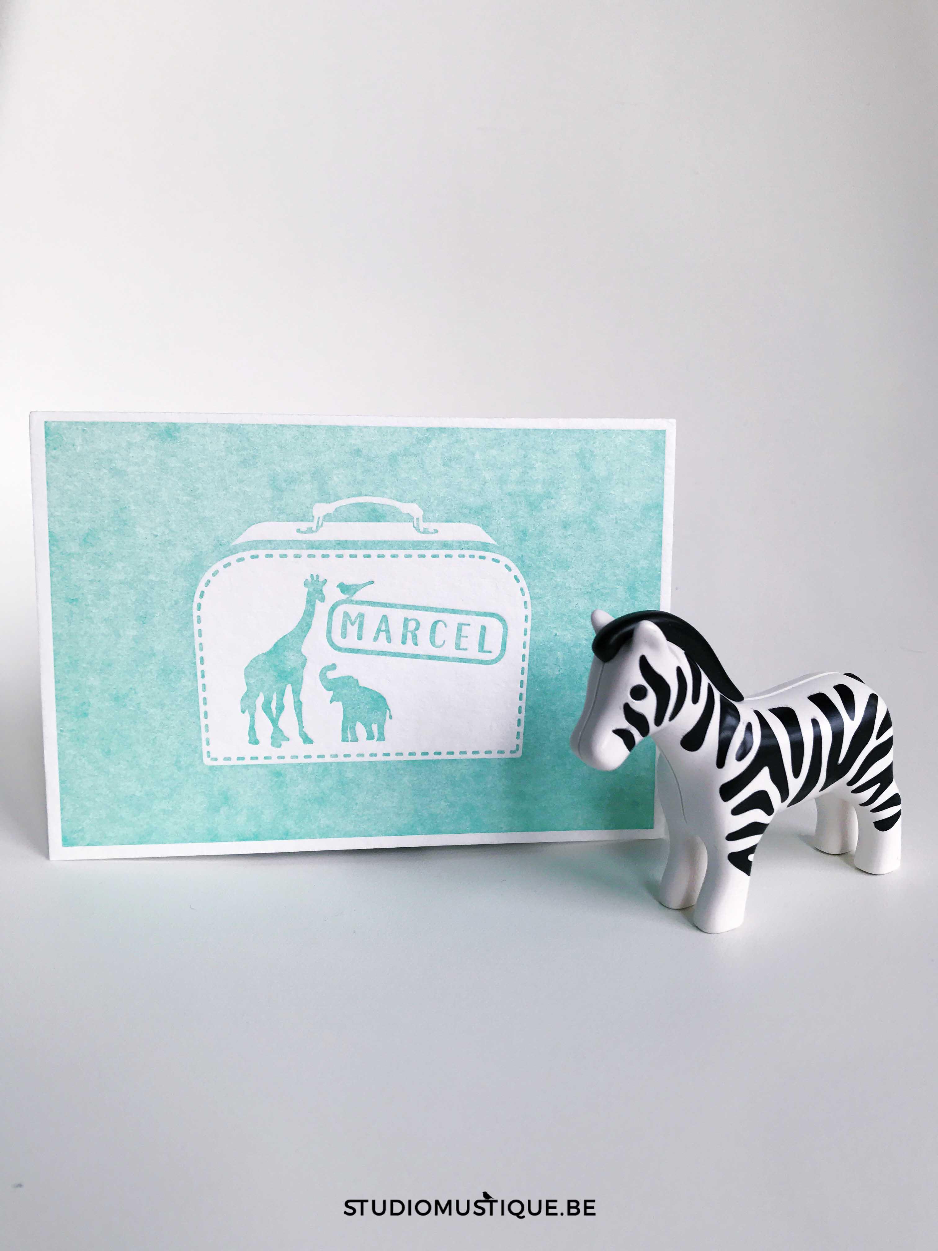 Adoptiekaartje Marcel koffertje adoptie olifant giraf zebra valies letterpress munt