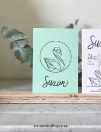 Studio Mustique | Geboortekaartje Suzan, geometrische zwaan in cirkel, gekleurd papier, colorplan, letterpress, mint, muntgroen, eucalyptus, handwriting, modern calligraphy