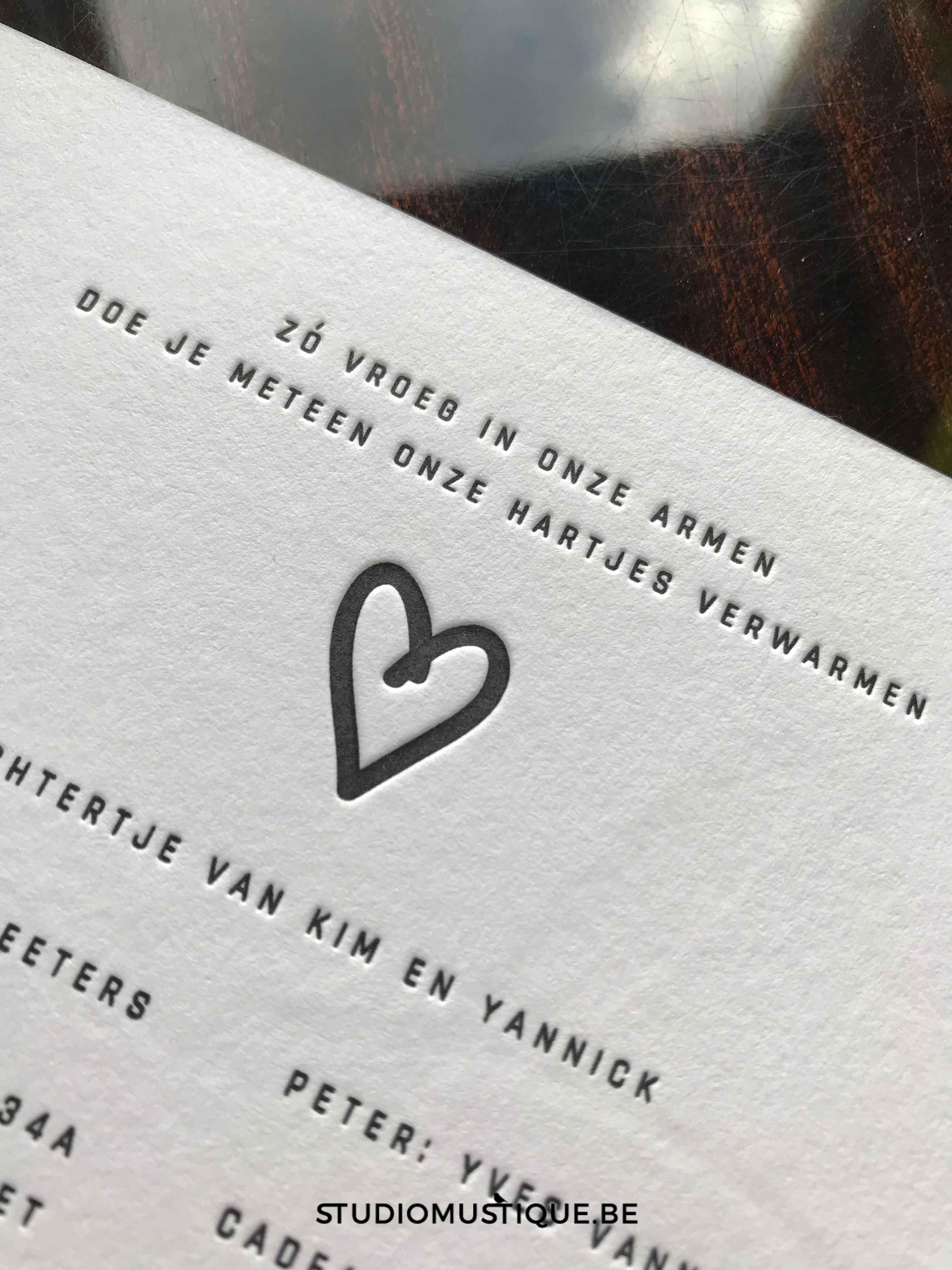 Studio Mustique - Geboortekaartje letterpress Jackie folie op snee, minimalistisch, sierlijk handwriting, tekstje vroeg geboren.