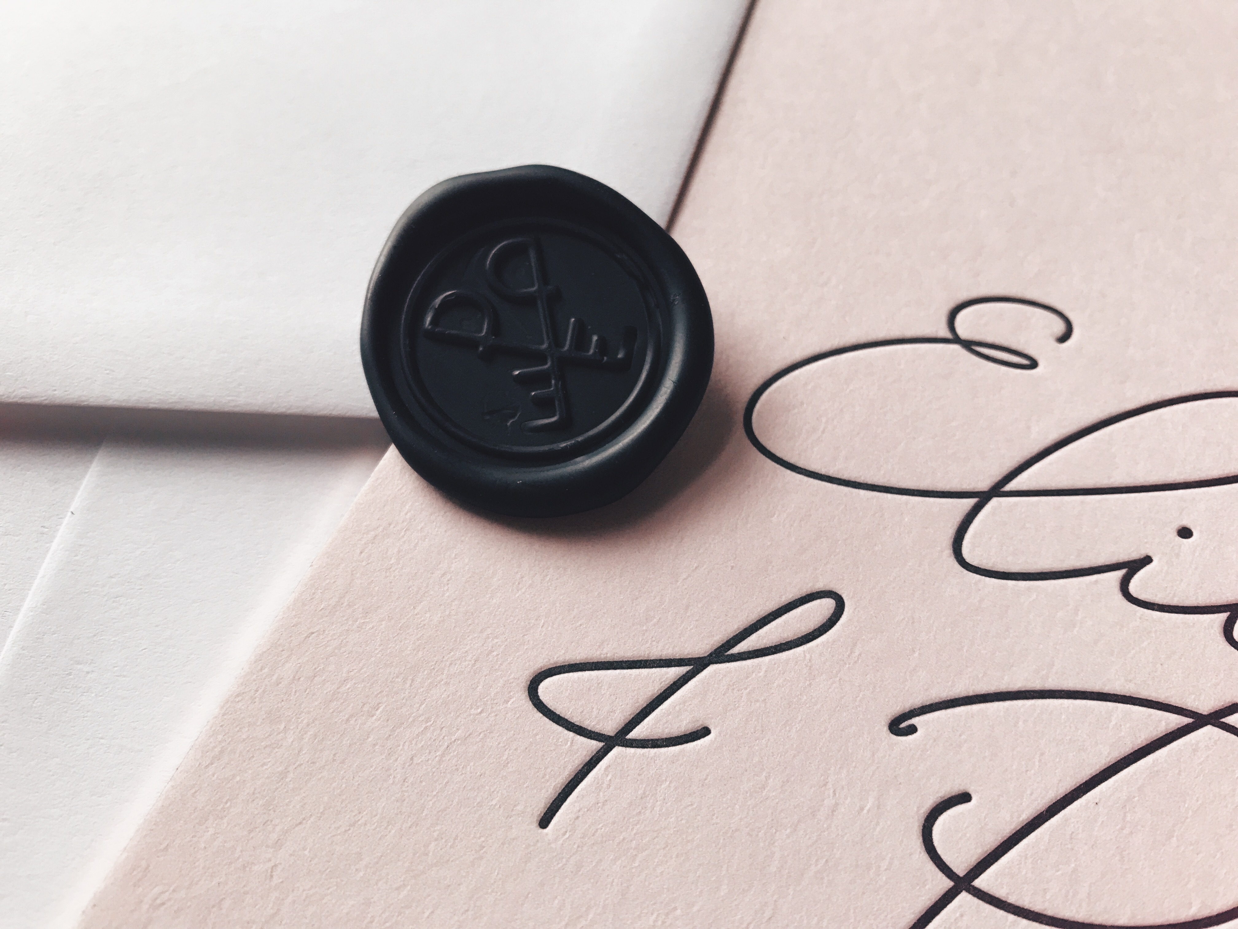 lakzegel huwelijksuitnodigingen zwart black seal wedding stationery letterpress