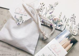 Geboortekaartje Charlie, wildflowers, wilde bloemen, letterpress rosegold, wit, minimalistisch, groen, zaadbommen als doopsuiker, witte zakjes, potloodjes