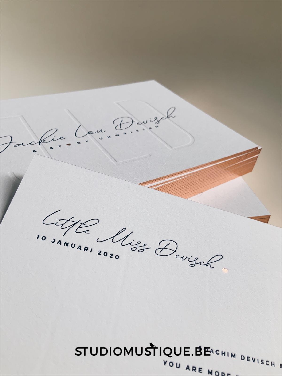 Geboortekaartje Jackie Lou, letterpress, foliedruk hartje, blinddruk, minimalistisch, roze, rosegold, blush, folie op snee, Studio Mustique, Sofie Mus
