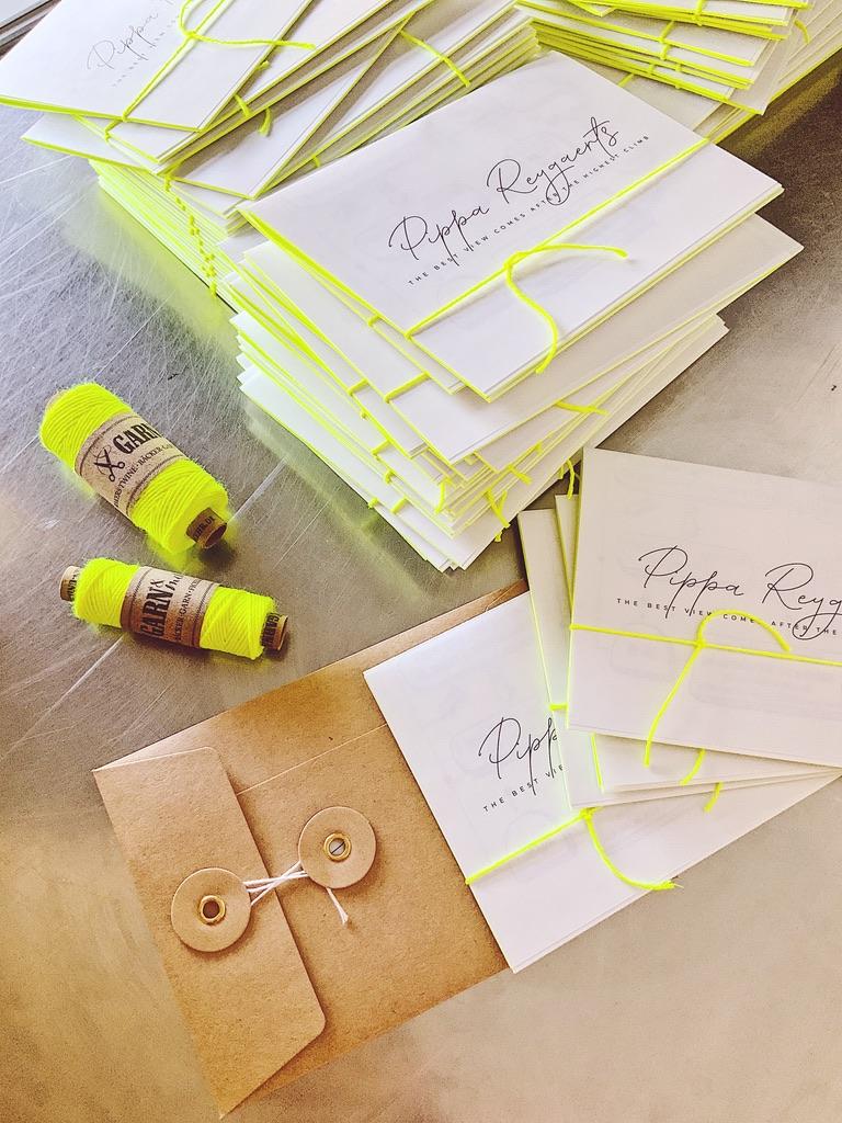 Geboortekaartje Pippa, letterpress, foliedruk, fluogeel, fluor, yellow, fluorescent, birth announcement, kraft, japanse envelop, japanse sluiting, wikkel