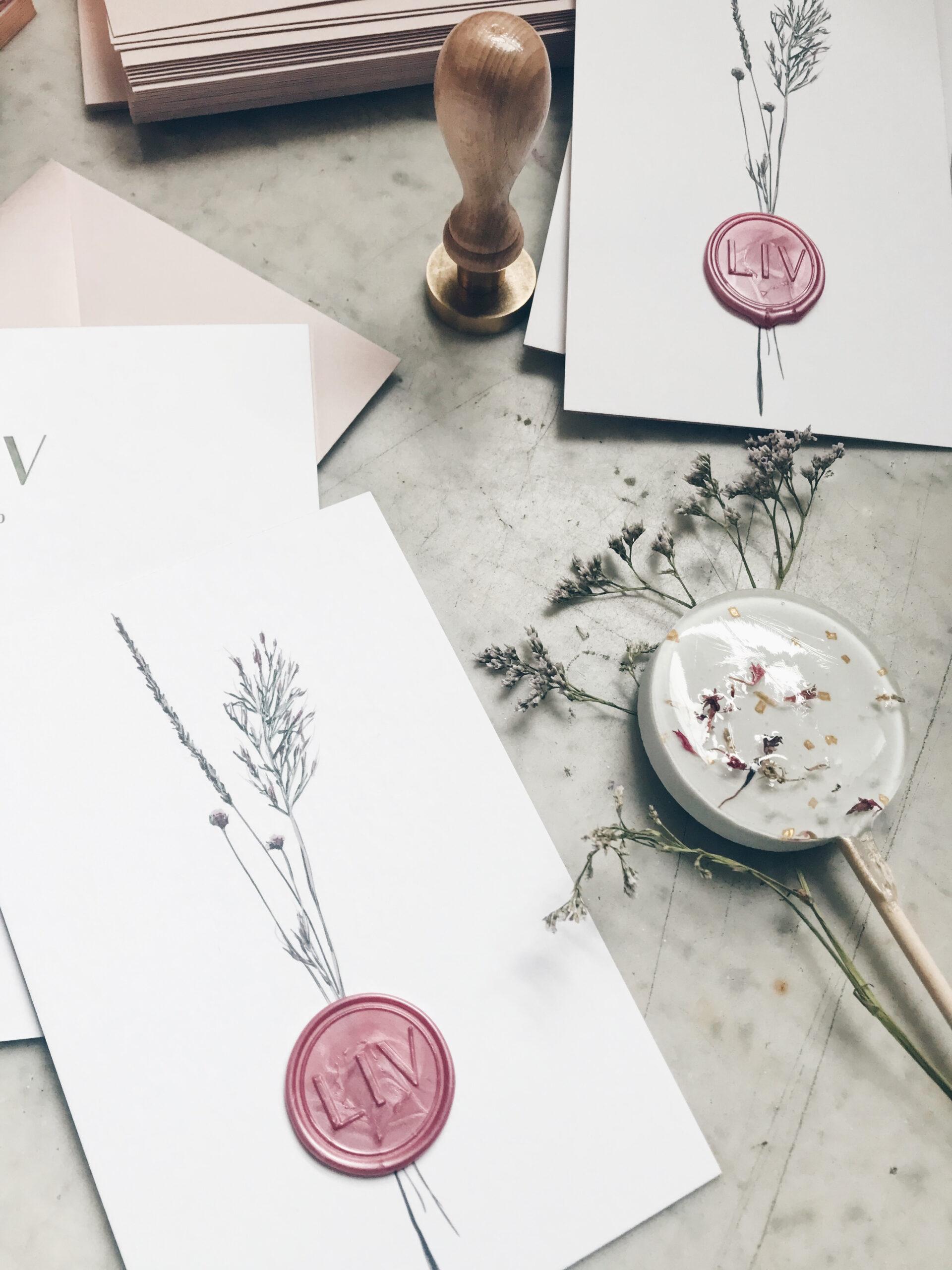 Geboortekaartje met lakzegel en droogbloemen, studio mustique, studio blanche, lolly met bloemen, ronde zegel, letterpress folie op snee
