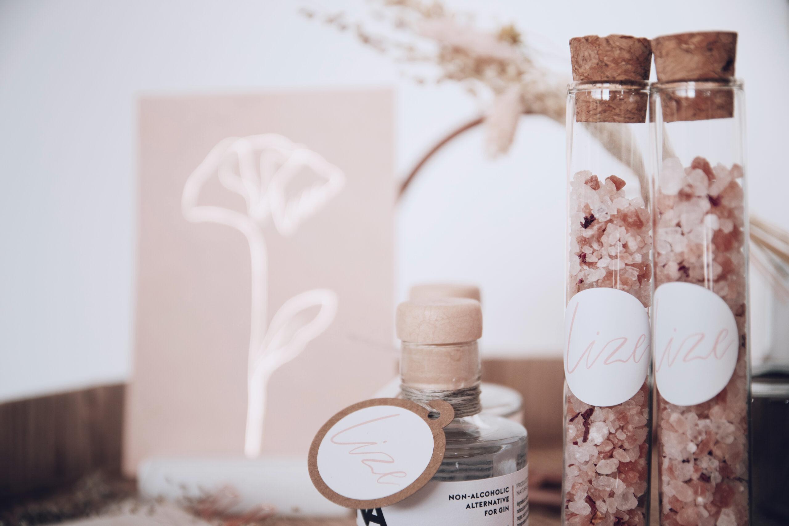 Geboortekaartje Lize - velvet geboortekaartje - studio mustique - studio blanche doopsuiker - letterpress rose gold rosegoud bloem - line drawing