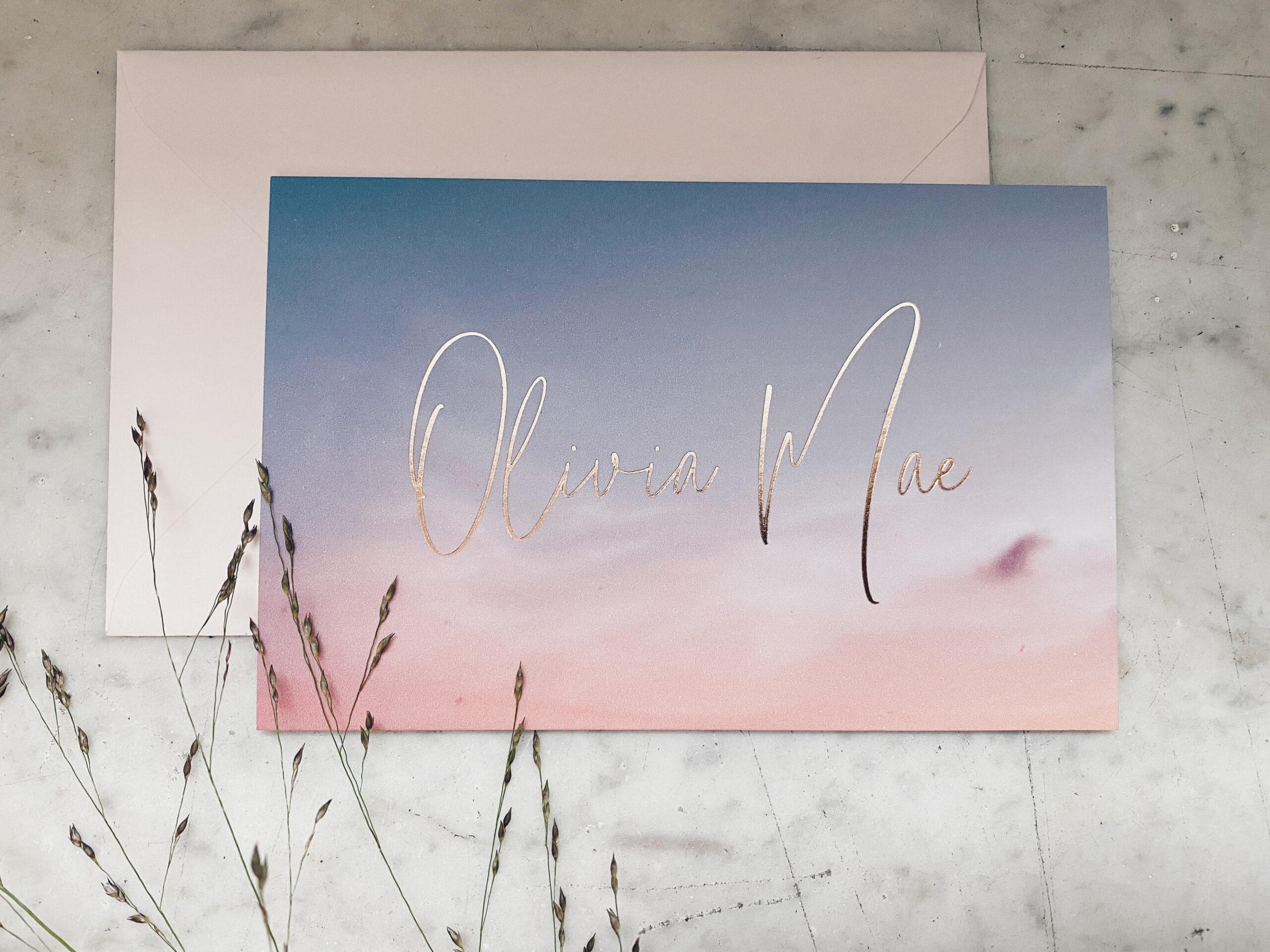Geboortekaartje Olivia Mae, zonsondergang, gradient, roze wolk, letterpress foliedruk, kraanvogel, roze en blauw, geboortekaartje meisje, hotfoil rose gold, ontwerp op maat, Studio Mustique